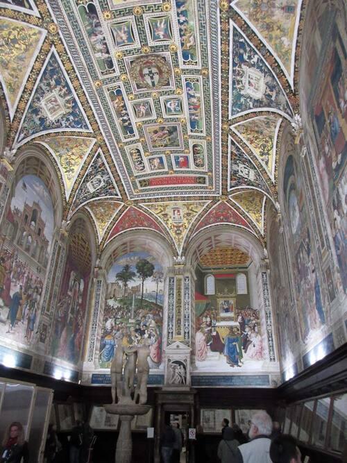 librairy avec fresques du début du 16e