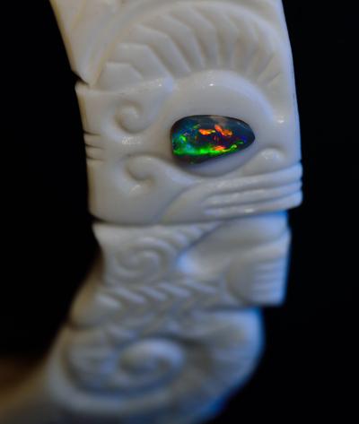 Blog de usulebis : Usulebis ,Artisan créateur de bijoux polynésiens , contact : usulebis@hotmail.fr, Pendentif Koru Tiki sculpté en défense de sanglier et d'ébène serti d'une opale noire d'Australie