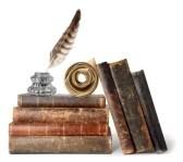 vieux-livres-ecritoire-et-defilement-isole-sur-fond-blanc.jpg