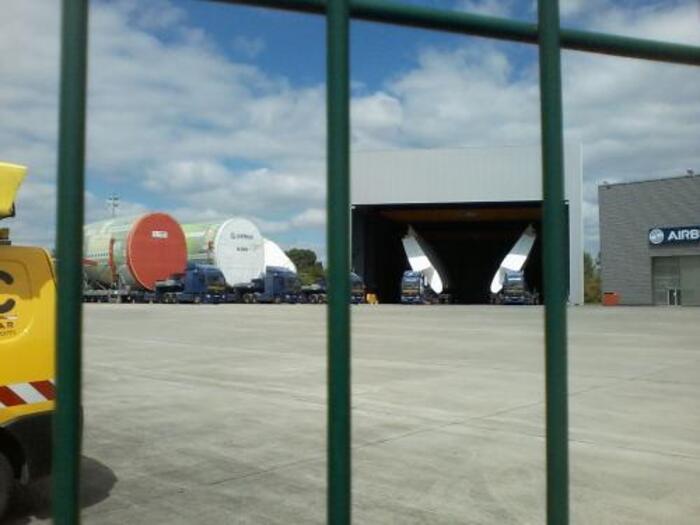 CONVOI ROUTIER, ELEMENTS, AIRBUS A 380, LANGON, GIRONDE, ... AQUITAINE, FRANCE - Hangar de stockage des éléments de l' airbus A380
