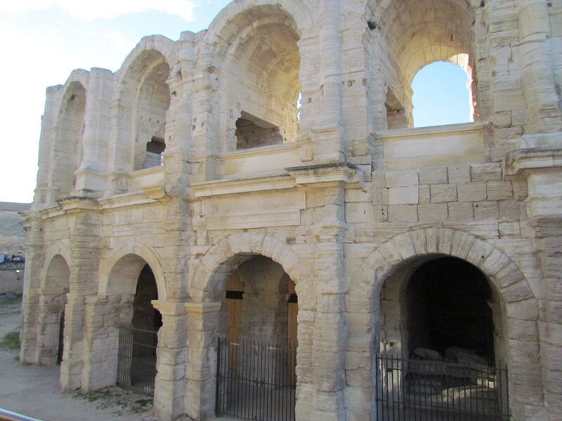 ARENES ET THEATRE ANTIQUE D'ARLES .