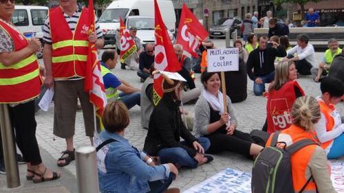 Les grévistes se sont rassemblés sur le parvis de la mairie, vendredi matin.