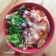 Patate douce entière rôtie, crème de poivron maison, haricots rouges, tomates, salade