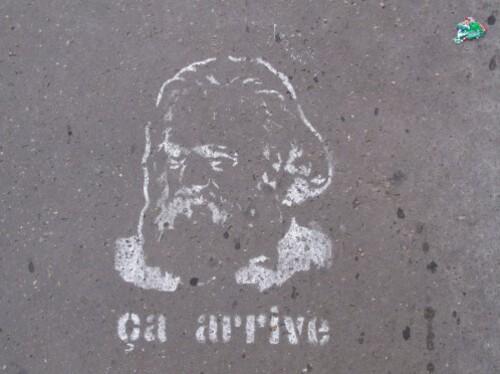 Marx-pochoir-trottoir-ca-arrive.jpg