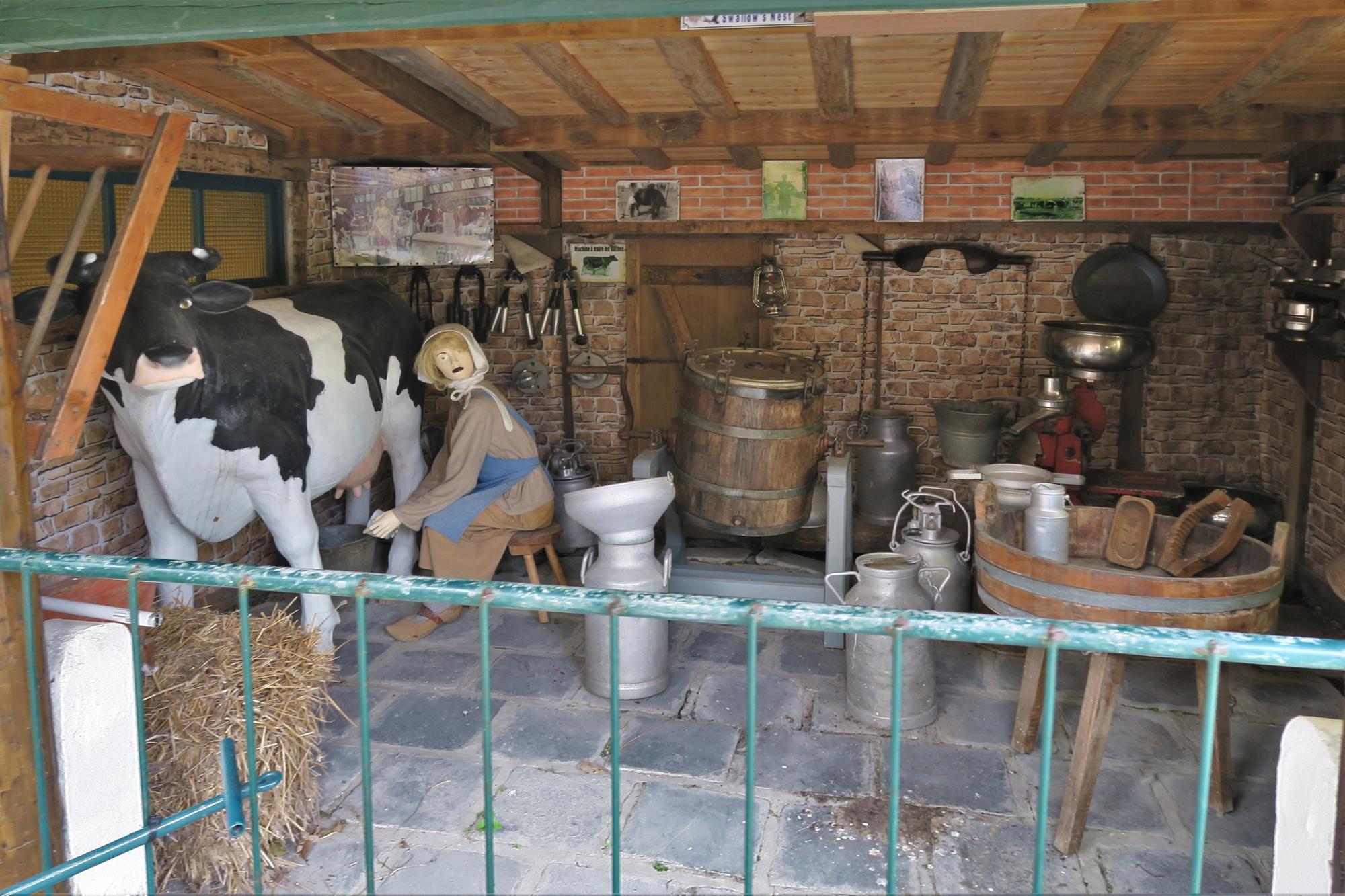 Le Parc St Joseph : ha la vache : combien de fois a t'elle renversé le seau de lait d'un coup de patte, car elle n'aimait pas la traite de ma mère.