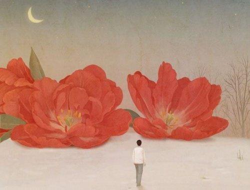 femme-regardant-fleurs-rouges-qui-partent-500x380