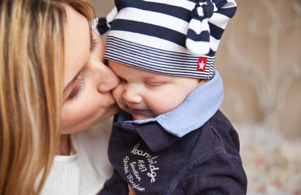 Une mère sait aimer, c'est toute sa science ; elle aime son enfant, même avant qu'il respire. Quand ce gage d'amour, si longtemps imploré, s'échappe avec effort de son flanc déchiré, dans quel enchantement son oreille ravie, reçoit le premier cri qui l'annonce à la vie ! Heureuse de souffrir, on la voit tour à tour, soupirer de douleur, et tressaillir d'amour.