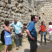 Château d'Aguilar Visiteurs avec leur guide-conférencier