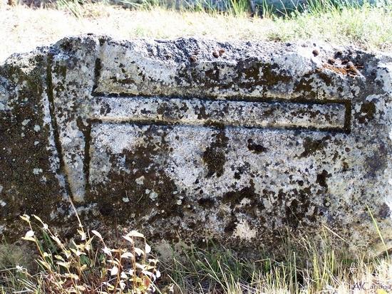Pierre tombale de maçon (?) à Saint-Thomas-du-Bois