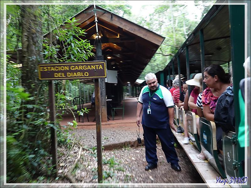 """Nous prenons le train qui nous conduit, à travers la forêt, jusqu'à la station """"Gorge du Diable"""" - Puerto Iguazu - Argentine"""