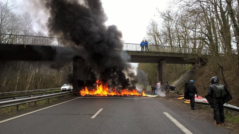 Nantes : car dégradé et feu de route en amont du meeting de Marine Le Pen