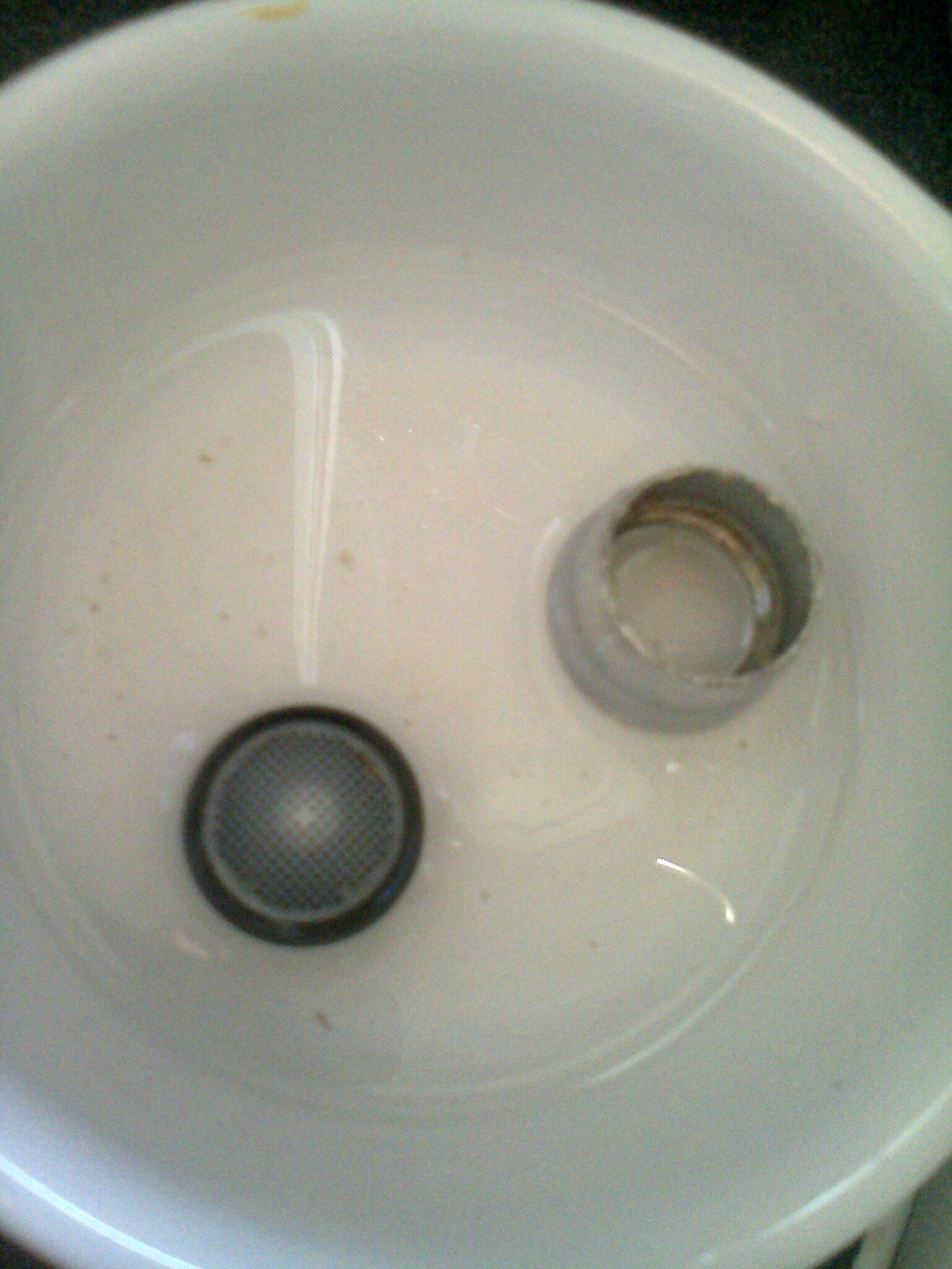 vinaigre blanc contre le calcaire des mousseurs de robinet. Black Bedroom Furniture Sets. Home Design Ideas