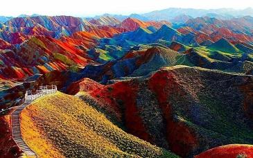 De belles montagnes de toutes les couleurs ...
