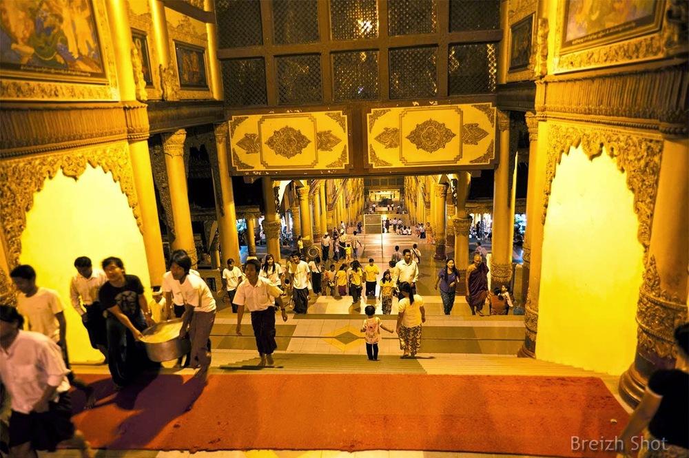 Shwedagon - Hall monumental d'entrée à la Pagode