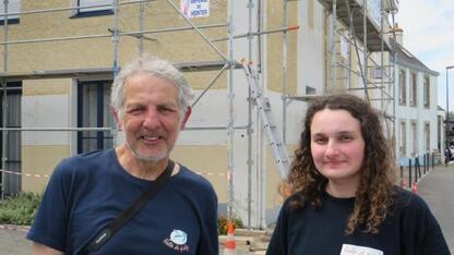 Didier Masci, et la bénévole Anaïs Andromaque, de l'association Volée de piaf, devant le chantier interrompu à Lomener. | Ouest-France