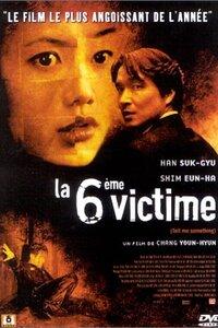 LA 6EME VICTIME : La police retrouve dans différents quartiers de Séoul des sacs poubelles contenant des cadavres démembrés, auxquels il manque une partie bien précise du corps. Elle en arrive à la conclusion qu'il s'agit là de l'oeuvre d'un tueur en série. Incapable d'identifier les deux premières victimes, l'inspecteur Cho ne trouve pas d'indices sur les motivations du meurtrier. Cependant, lorsque le troisième cadavre est découvert, une piste le mène jusqu'à la mystérieuse Chae Su-Yeon. ...-----... Date de sortie 5 juin 2002 (1h 58min) De Chang Yoon-Hyun Avec Suk-kyu Han, Shim Eun-ha, Jeong-Ah Yeom plus Genre Thriller Nationalité Sud-Coréen