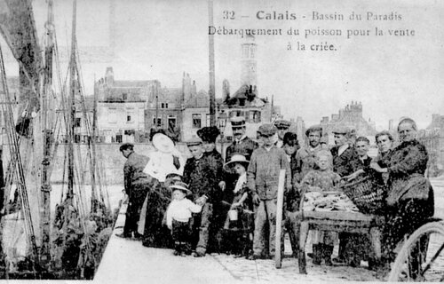 Des charrettes à bras pour transporter le poisson au Minck