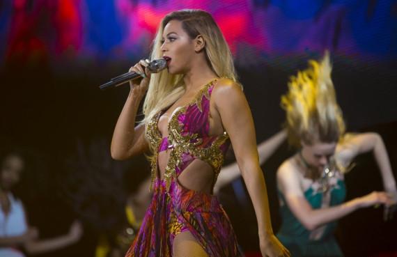 Une photo de Beyoncé portant une robe Roberto Cavalli pendant un concert