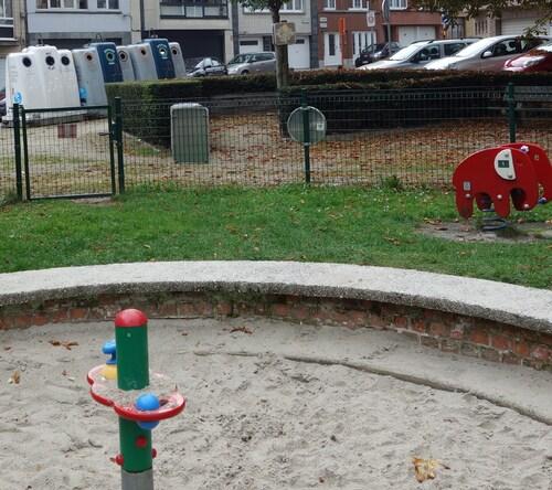 Wolu 1200, Place Verheyleweghen : cohabitation délicate entre enfants, débris de verres et excréments.