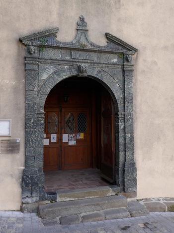 La porte de l'église, bordée de serpentine