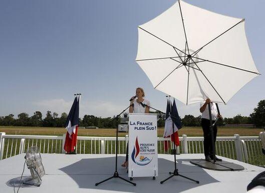 Marion Marechal-Le Pen, en campagne au Ponte,t près d'Avignon (Vaucluse), le 5 juillet 2015. Laljeune femme a pris l'habitude de faire appel à son propre prestataire, Janus, une société lyonnaise dirigée par d'anciens membres de l'Action française. PHILIPPE LAURENSON / REUTERS