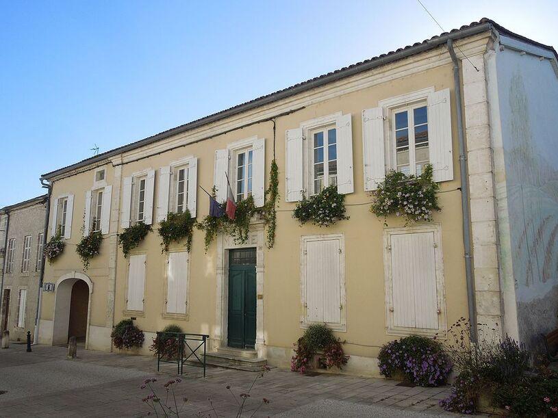 Baignes-Sainte-Radegonde, Baignes, mairie.jpg
