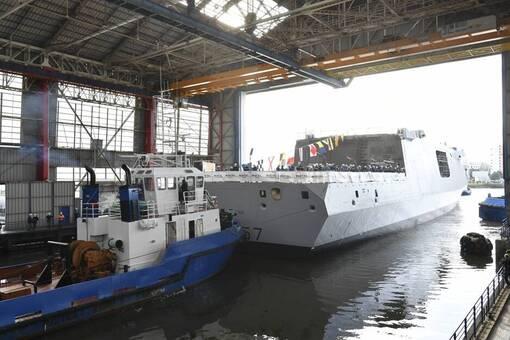 La Frégate multi-missions « Lorraine » sort de sa forme de construction, en présence de Florence Parly, ministre des Armées.