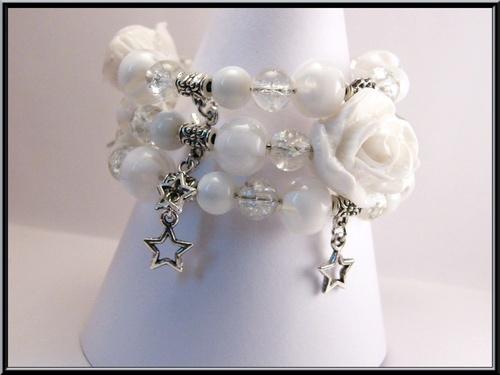 Bracelet fil mémoire rose blanche et perles en verre.