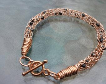 Tricot Viking: des bijoux tissés avec du fil métalisé