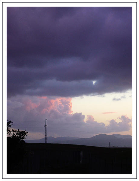 Ciel d' orage :nuages violets, roses et gris