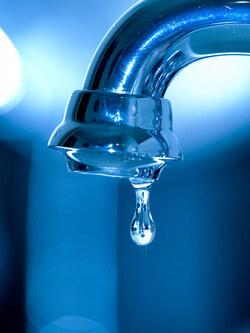 Économiser l'eau chez soi.