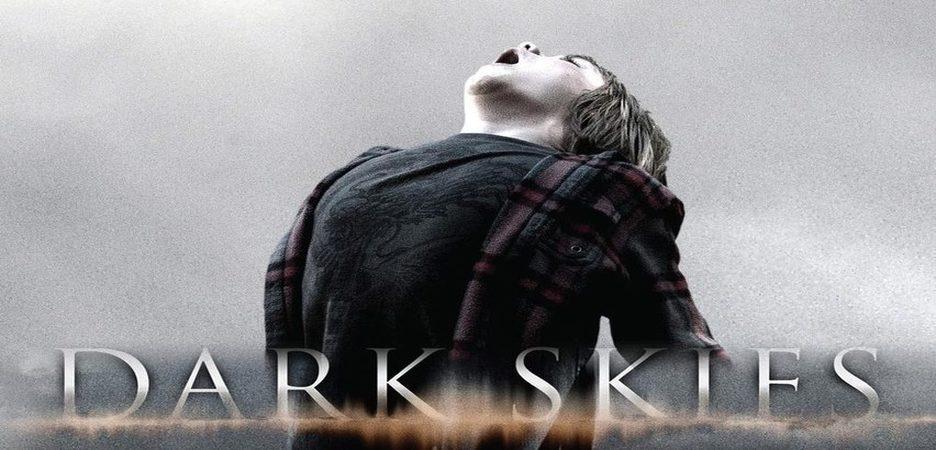 """Dark Skies : Les parents d'un enfant de 6 ans se rendent compte que celui-ci a été """"marqué"""" par des extra-terrestres pour un futur enlèvement. ...-----... Date de sortie: 2013  Réalisateur: Scott Charles Stewart  Acteur: Keri Russell, Josh Hamilton, Dakota Goyo  Genre: Epouvante-horreur , Science fiction , Thriller"""
