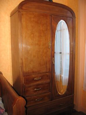 Une armoire en bois plume