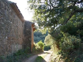 On longe les ruines d'une ferme
