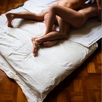 Des hommes nus jouer