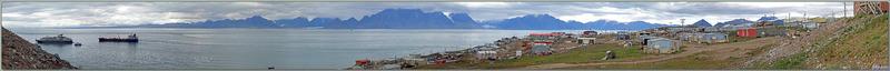 Panorama sur Eclipse Sound et ses bateaux au mouillage dont l'Austral, en arrière plan Bylot Island, enfin la partie basse du village de Pond Inlet - Baffin Island - Nunavut - Canada
