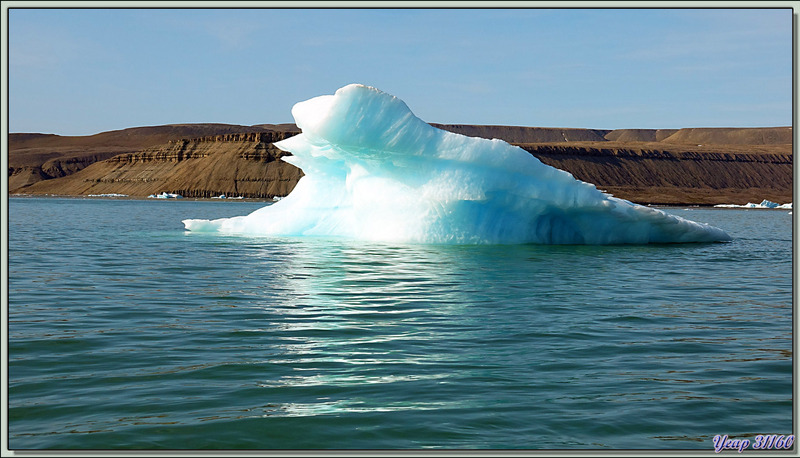 """Retour vers l'Austral en passant à côté de très beaux """"glaçons"""" -  Croker Bay - Devon Island - Nunavut - Canada"""