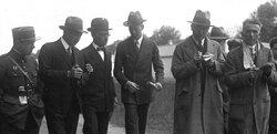 Lindberg au Bourget avec des journalistes,1928 (cliquer pour l'agrandir)