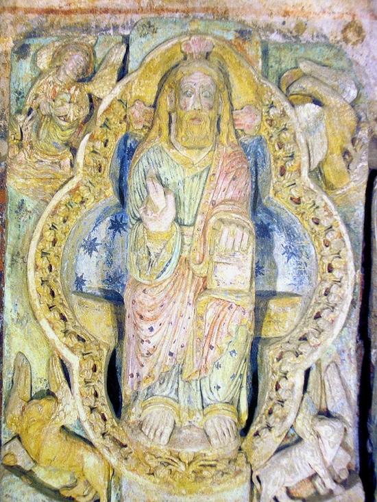 Sculpture polychrome du portail de la vieille église de Mimizan. Photo prise par Jibi44 en juillet 2