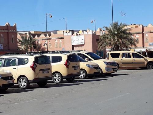Arrivée sur Agdz, place des taxis