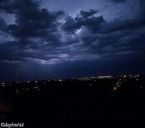 ciel-bleute-de-nuit--les-yeux-vers-le-ciel-nocturne.jpg
