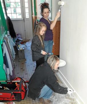 Une vingtaine de parents d'élèves de l'école privée ont investi l'école pour une matinée de travaux samedi matin,