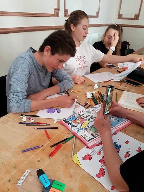 """stage graff avec les jeunes de Planet'ados """"Communauté de communes Avant-Monts"""" Puimisson (34) Réalisation d'une oeuvre collective sur l'abri bus. Avril 2018"""