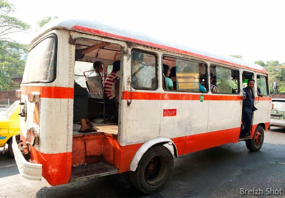 Vieux bus Hino à Rangoun