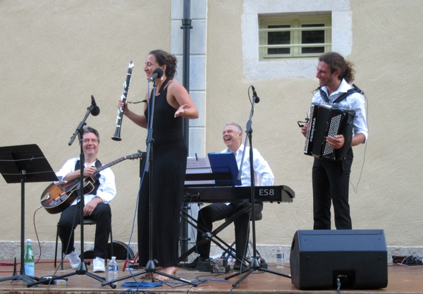 """Carte blanche à Nicolas Dumontier"""", un"""" joyeux et superbe concert offert par la Ville de Châtillon sur Seine au jardin de la Mairie...."""