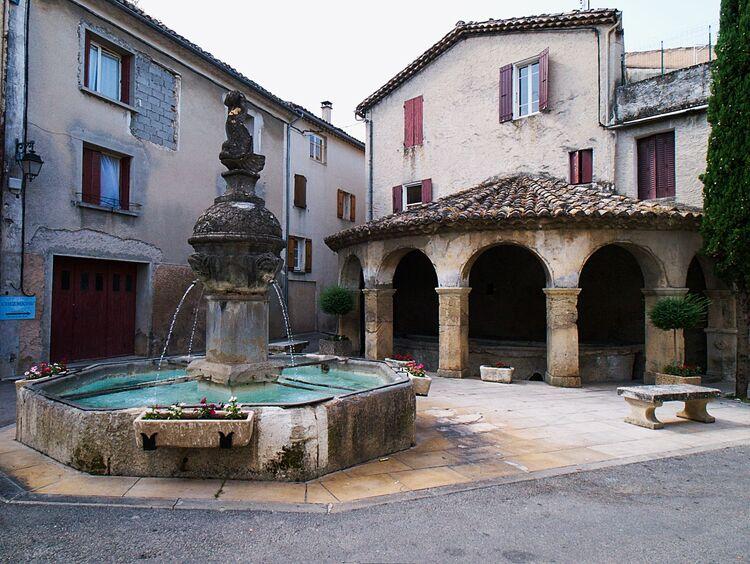 Mollans : la fontaine au dauphin et le lavoir