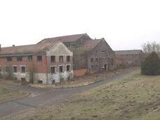 Vue générale sur les bâtiments visibles, à gauche, les bureaux, au centre, les Bains douches, à droite, l'atelier.