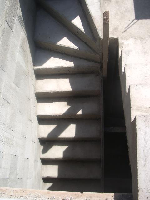 escalier fini et mur qui monte...
