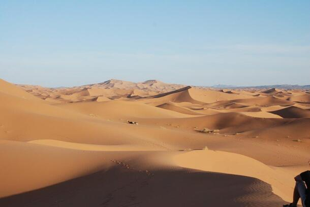 Dans le lointain les grandes dunes de Merzouga