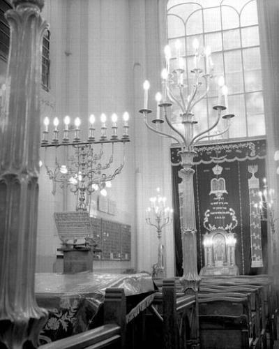 shiviti (en-dessous de l'hanoukiah) (Paris, rue Pavée)